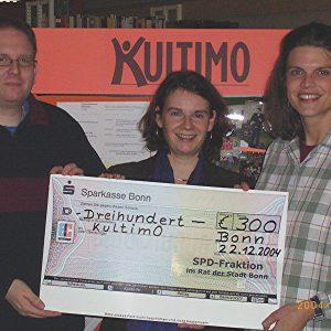 von links nach rechts: Herr Felder, Leiter der Stadtteilbibliothek Dottendorf, Barbara König, Maria Veenema, stv. Vorsitzende von KULTIMO