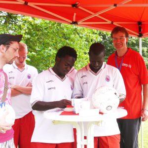 Wilfried Klein, Vorsitzender der SPD-Fraktion im Rat der Stadt Bonn, mit BSC-Spielern